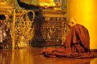 Rangun - mnich podczas modlitwy