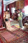 2006, Tunezja, Ania broni się przed kupnem arabskiego dywanu.